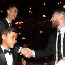 Leo Messi felicitando a Cristiano Ronaldo en la gala de los Premios The Best Fifa 2017