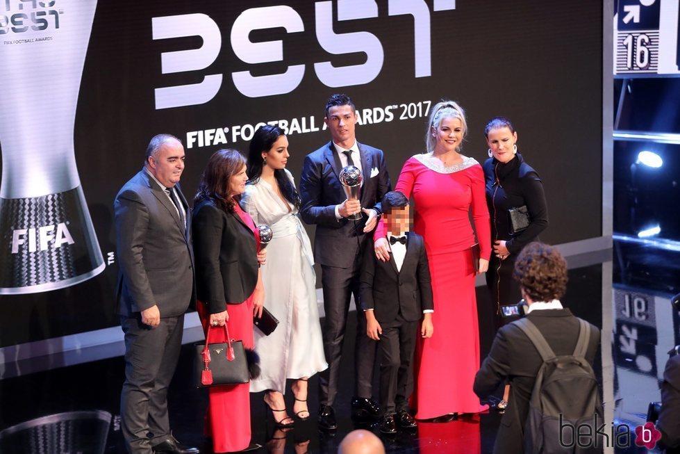 Cristiano Ronaldo con toda su familia en gala de los Premios The Best Fifa 2017