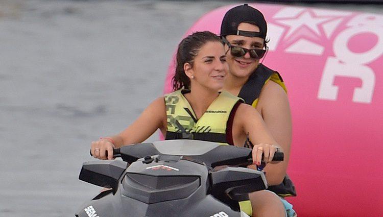 Froilán y Mar Torres-Fontes montados en una moto acuática en Ibiza