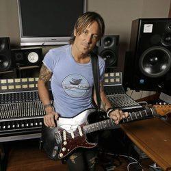 Keith Urban en una sala de grabación
