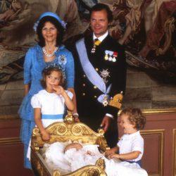 Magdalena de Suecia en su bautizo con los Reyes de Suecia y sus hermanos Victoria y Carlos Felipe