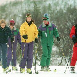 Los Reyes de Suecia esquiando junto a sus hijos Victoria, Carlos Felipe y Magdalena de Suecia