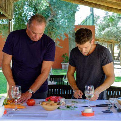 Pablo Alborán y Bertín Osborne cocinando en 'Mi casa es la tuya'