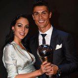 Cristiano Ronaldo con Georgina Rodríguez y su premio The Best Fifa 2017