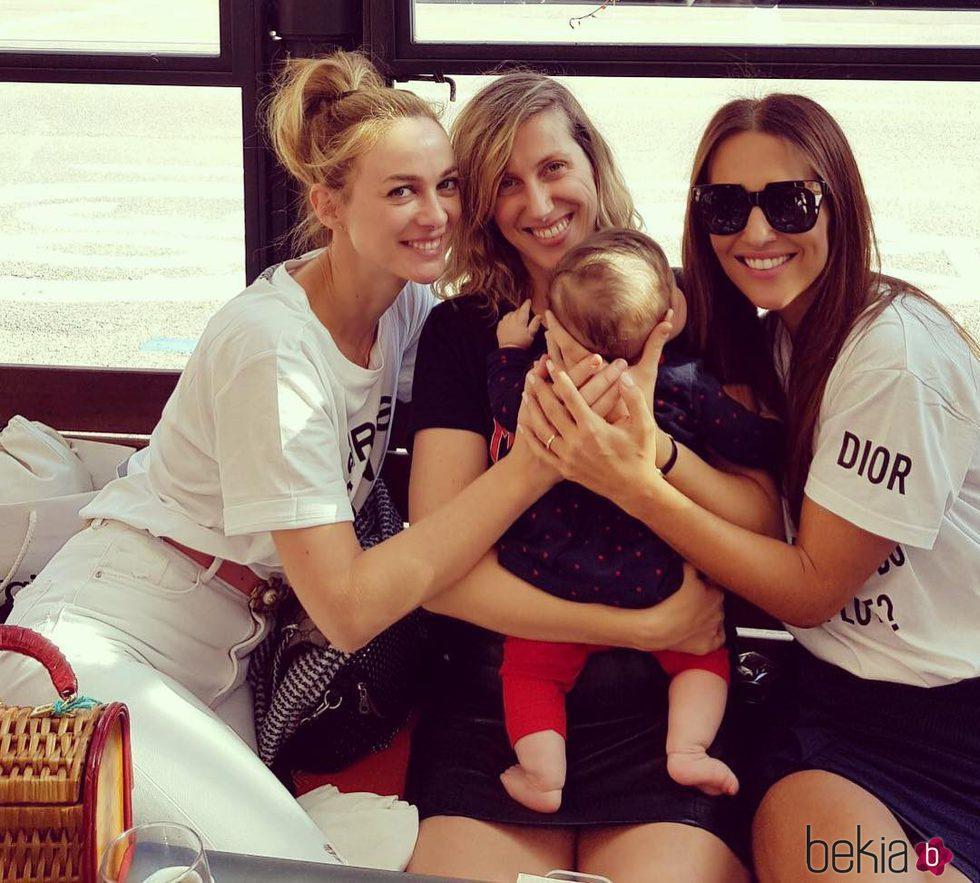 Marta Hazas y Paula Echevarría con Cecilia Freire y su hija