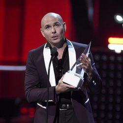 Pitbull con su premio en los Latin American Music Awards 2017
