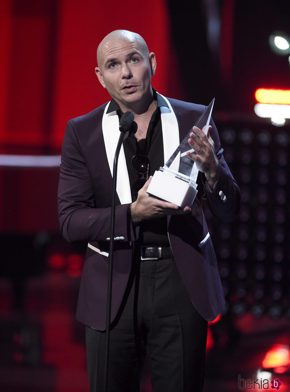 Pitbull con su premio en los Latin American Music Awards 2017