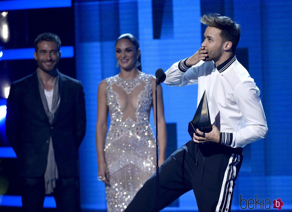 Prince Royce con su premio en los Latin American Music ...
