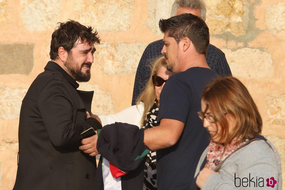 Antonio Orozco roto de dolor en el funeral de Susana Prat