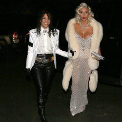 Kim Kardashian y Kourtney Kardashian en Halloween 2017