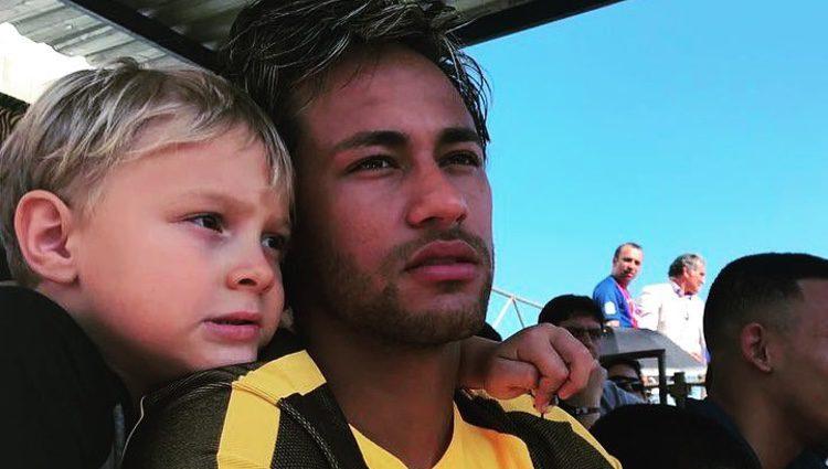 Neymar y su hijo David Lucca viendo un partido de fútbol