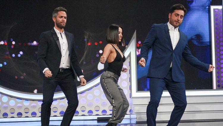 Becky G bailando entre Roberto Leal y David Bustamante en OT 2017