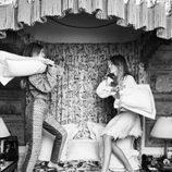Victoria y Cristina Iglesias en plena guerra de almohadas