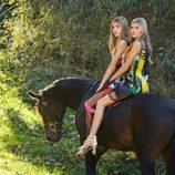 Cristina y Victoria Iglesias montando juntas a caballo