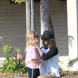 David Beckham consuela a su hija Harper