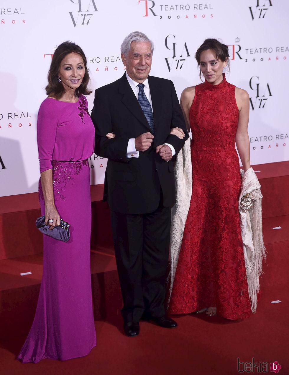 Isabel Preysler, Mario Vargas Llosa y Tamara Falcó acudiendo a la ópera