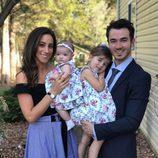 Kevin Jonas con su mujer Danielle Deleasa y sus hijas