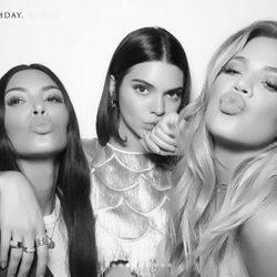 Kim Kardashian, Kendall Jenner y Khloé Kardashian en el cumpleaños de Jenner
