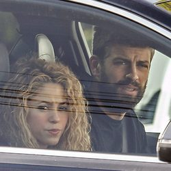 Shakira y Gerard Piqué accediendo a su casa