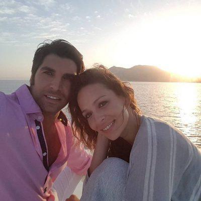 Cayetano Rivera y Eva González durante una bonita puesta de Sol