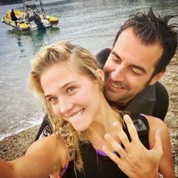 Patricia Montero luciendo su anillo de compromiso junto a Álex Adrover