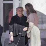 La Reina Letizia charla con Nechama Rivlin en la recepción al presidente de Israel en Madrid