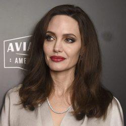 Angelina Jolie posando en la alfombra roja de los Hollywood Film Awards 2017