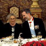 El Rey Felipe bromea con Nechama Rivlin en la cena de gala con motivo de la Visita de Estado del presidente de Israel