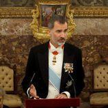 El Rey Felipe dando un discurso en la cena de gala en honor al presidente de Israel