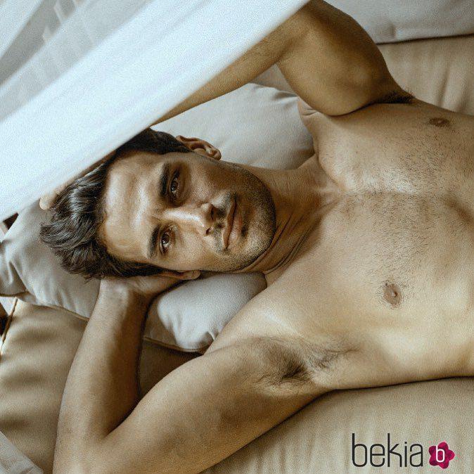 Jaime Astrain tumbado en la cama sin camiseta