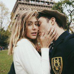 Ed Westwick y Jessica Serfaty muy románticos junto a la Torre Eiffel de París