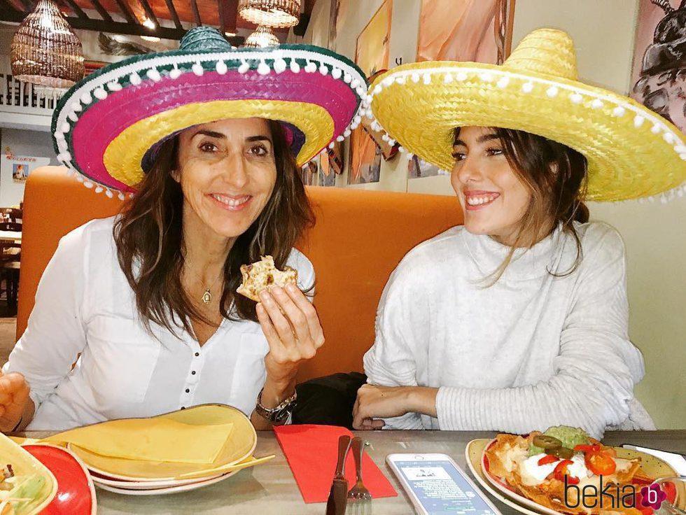Paz Padilla y su hija Anna Ferrer comiendo con sombreros mexicanos