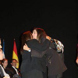 Paz Padilla abraza a la familia de Chiquito de la Calzada en su capilla ardiente