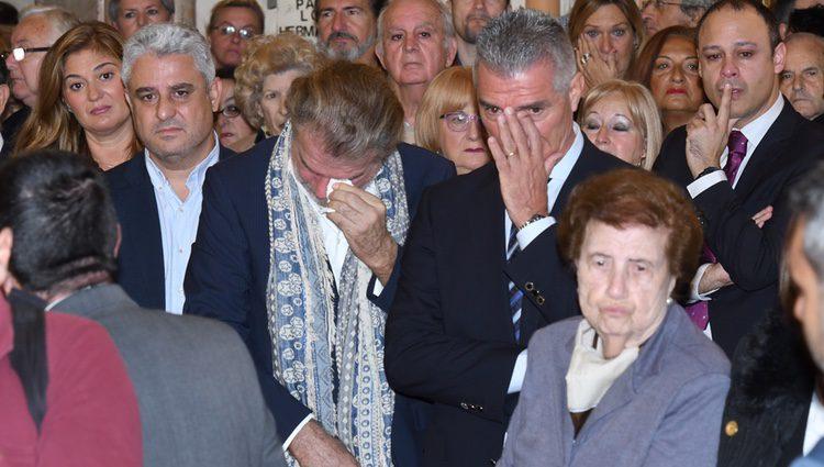 Bigote Arrocet y Manolo Sarria llorando en el funeral de Chiquito de la Calzada