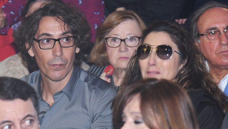 Paz Padilla en el funeral de Chiquito de la Calzada junto a su marido, Juan Vidal