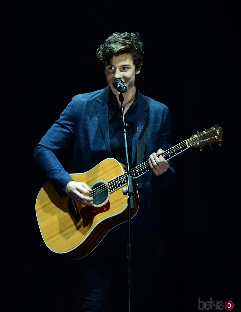 Shawn Mendes durante su actuación en los MTV EMA 2017