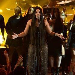 Demi Lovato durante su actuación en los MTV EMA 2017