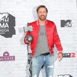 David Guetta con su galardón en los MTV EMA 2017