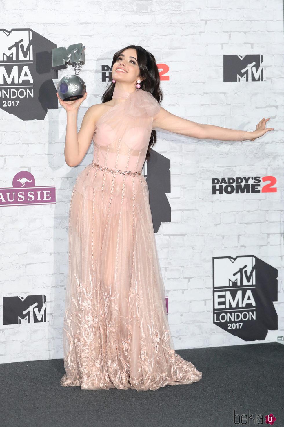 Camila Cabello posando con su galardón en los MTV EMA 2017