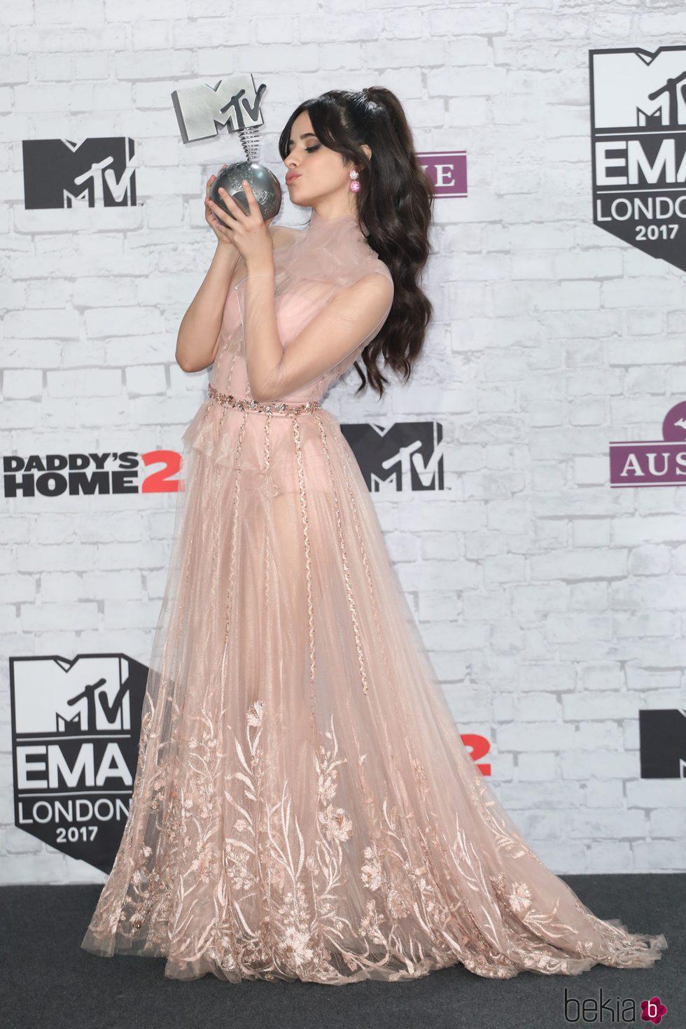 Camila Cabello besando su galardón de los MTV EMA 2017