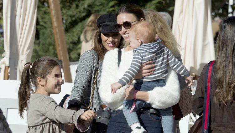 Paula Echevarría, Daniella Bustamante, Helen Lindes y su hijo Alan saludándose en el Hipódromo de la Zarzuela