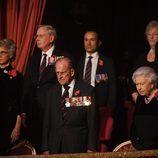 La Reina Isabel, el Duque de Edimburgo, Kate Middleton y Sir Timothy Laurence en el concierto por el Día del Recuerdo 2017