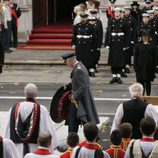 El Príncipe Carlos deposita la ofrenda floral por el Día del Recuerdo 2017 sustituyendo a la Reina Isabel