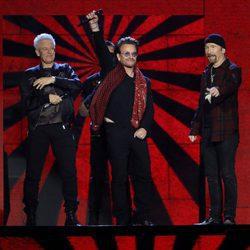 U2 durante su actuación en los MTV EMA 2017
