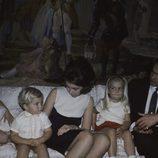 Los Reyes Juan Carlos y Sofía con sus hijos Elena, Cristina y Felipe cuando eran niños