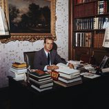 El Rey Juan Carlos cuando era joven en su despacho