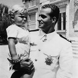 El Rey Juan Carlos sostiene a su hijo Felipe cuando era niño