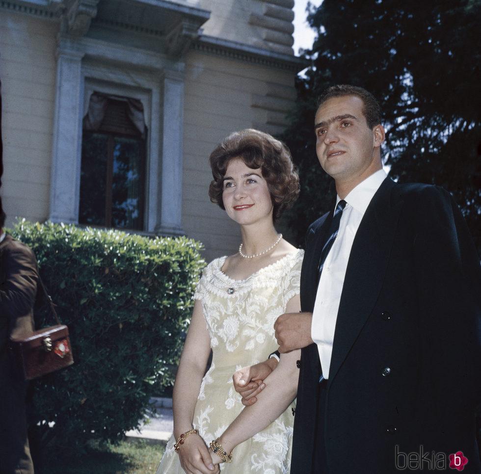 Los Reyes Juan Carlos y Sofía en el anuncio de su compromiso oficial