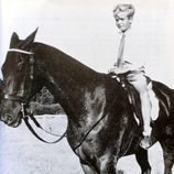El Rey Juan Carlos montando a caballo de niño