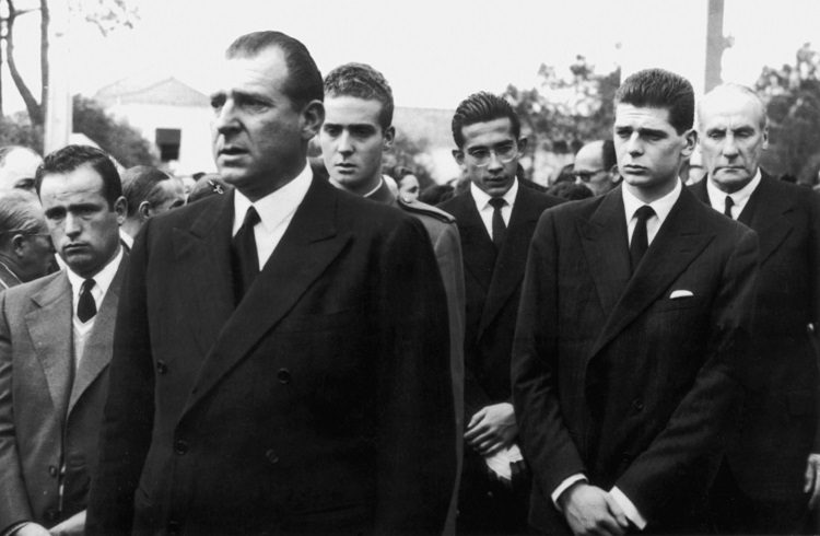 El Conde de Barcelona y el Rey Juan Carlos en el funeral del Infante Alfonso